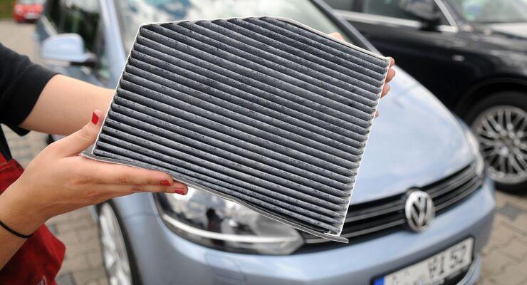 Birke, Gräser, brennende Augen und laufende Nase schwächen nicht nur bei Allergikern die Konzentration und Reaktionsvermögen während der Autofahrt. Für saubere Luft sorgen Innenraumfilter.