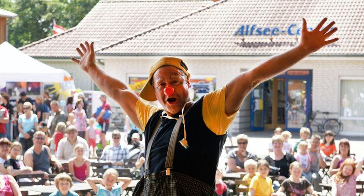 """Mit Beginn der Sommerferien startet der Alfsee Ferien- und Erholungspark am 25. und 26. Juli ein Sommerfest für seine Gäste. Mit dabei sind Chef-Animateur Ati und Schlagerstar Double """"Howie""""."""