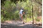Mountainbiker trainieren in traumschoenen Landschaften.