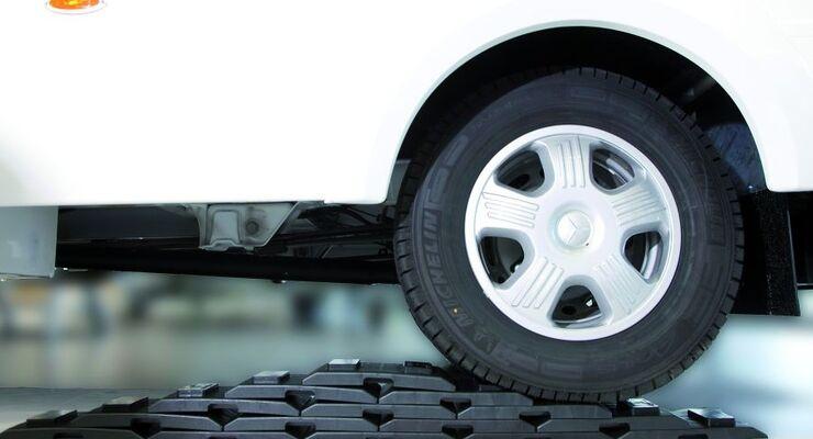 Movera bringt das Reisemobil mit den flexiblen Unterlegplatten namens Pyramiden in die komfortable Waagerechte