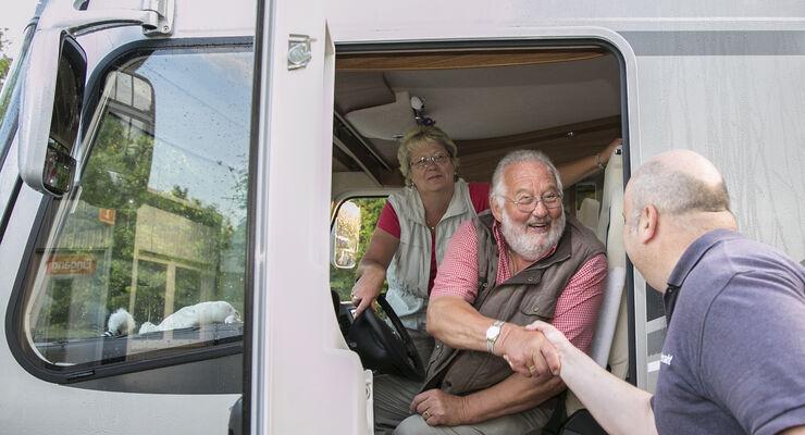 Wohnmobil und Ehepaar