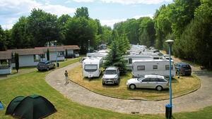 Dieser überschaubare Platz in grüner Umgebung lebt vor allem von der Nachbarschaft zur berühmten Marienburg. Hier kann man sich vom Touristentrubel erholen oder sich mit Wassersport vergnügen.