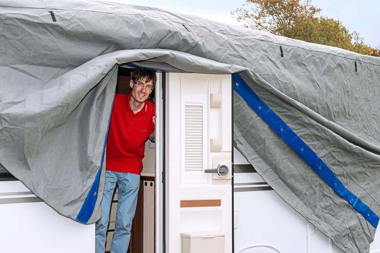 Im Winterquartier schützen ABDECKPLANEN den Wohnanhänger.