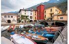 Kleine bunte Fischerboote im Hafen von Cassone