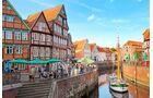 Man kann gut ausruhen, essen und trinken am Hansehafen im historischen Zentrum von Stade.