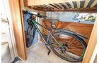 Matratze und Bettrahmen an Heckwand klappbar, schafft Platz für Fahrradgarage