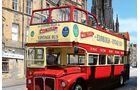 Mit offenem Doppeldeckerbus durch Edinburgh.