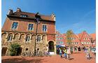 Rathaus mit Stufengiebel und offener Bogenhalle