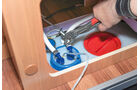 Wassertank komplett entleeren, Schläuche mit Rohrzange lösen